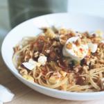 Spaghetti con verduras y queso de cabra